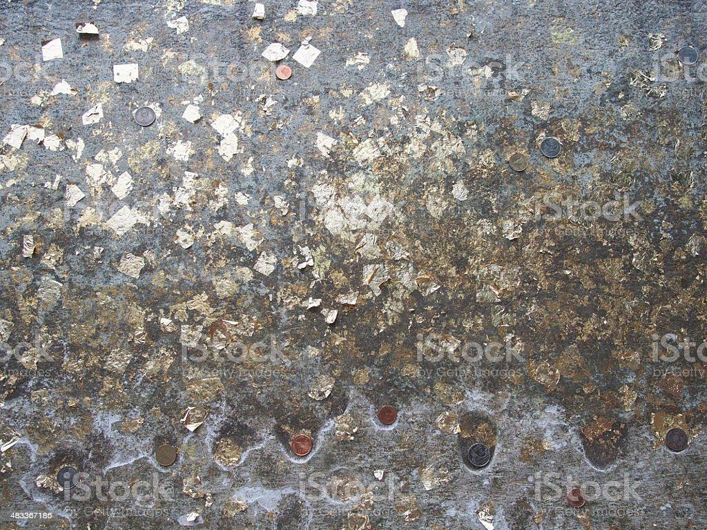 Parete Doro : Parete di cemento con foglie doro fotografie stock e altre