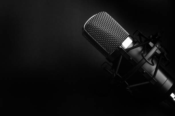 de zwarte studiomicrofoon van de condensor op een zwarte achtergrond. streamer, podcasts, muziekachtergrond - podcast stockfoto's en -beelden