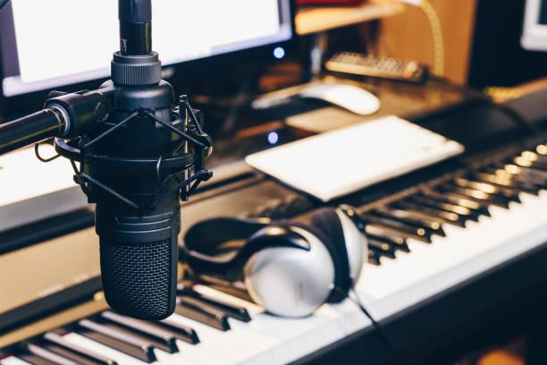 kondensatormikrofon in der musikproduktion, digital tonstudio - postproduktion stock-fotos und bilder