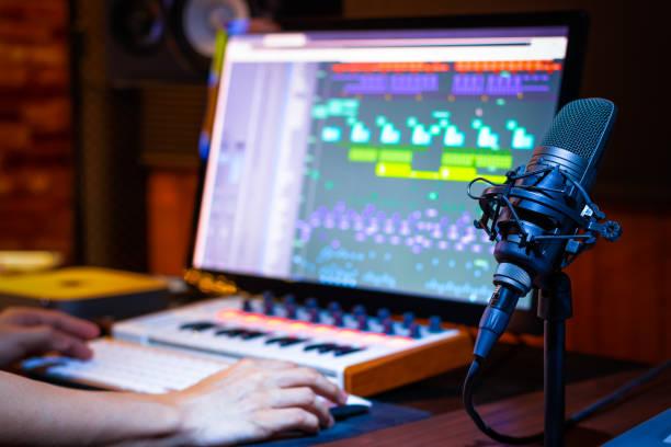 kondensatormikrofon i musikproduktion. inspelnings koncept - audioutrustning bildbanksfoton och bilder