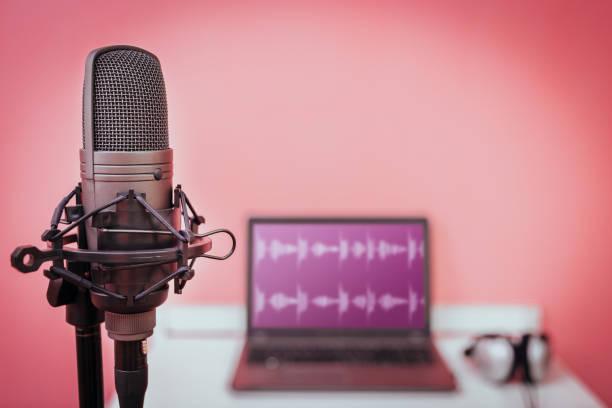 condensator-microfoon op laptopcomputer met waveform op de achtergrond van het scherm en hoofdtelefoon, thuisstudio & opname concept - podcast stockfoto's en -beelden