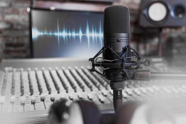 kondensatormikrofon auf aufnahme studio-hintergrund. musik, gesang, recording konzept - postproduktion stock-fotos und bilder