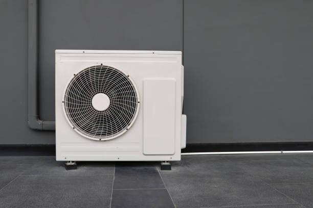 kondensor aggregat av luftkonditionerings system. kondensor aggregat installerat på den grå väggen. - feber bildbanksfoton och bilder