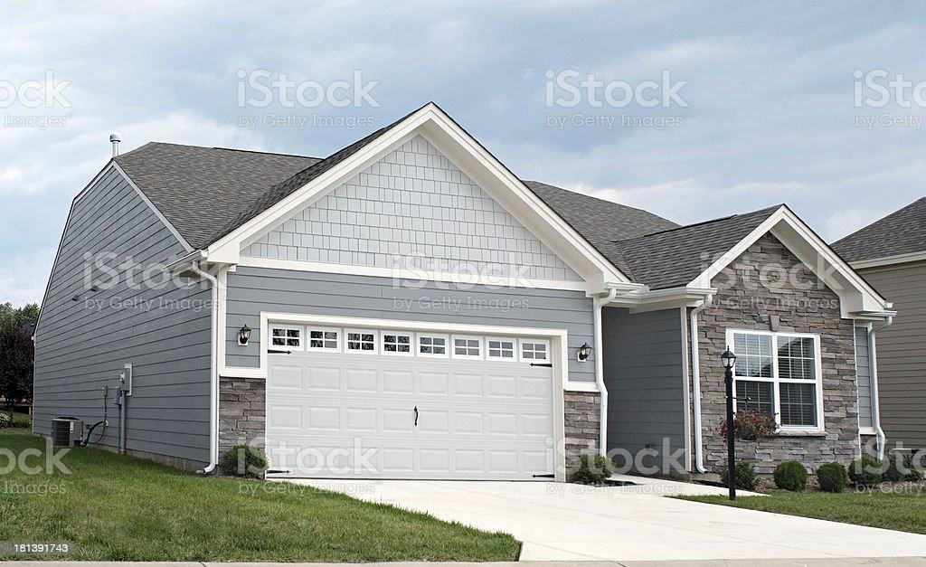 Condominio con garaje de dos coches - foto de stock