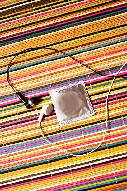 Kondom im Herzen von Ohrenklappen – Foto
