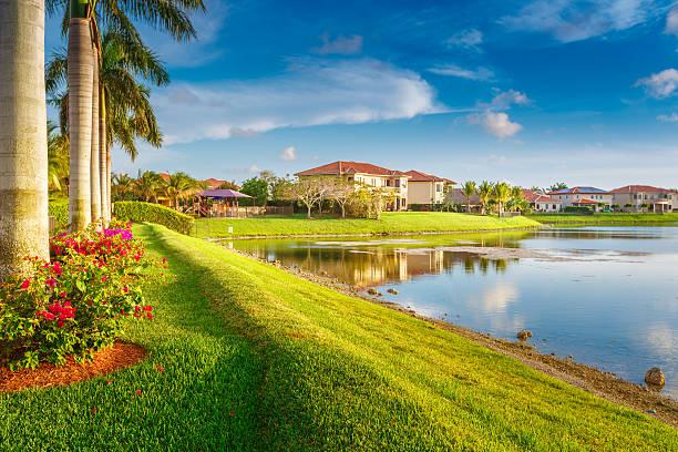 ferienwohnungen am see lake - haus in florida stock-fotos und bilder