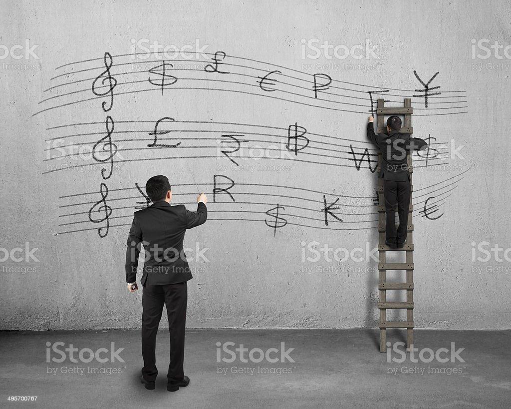 Organiser et un autre homme dessin argent sur le mur en bois debout - Photo
