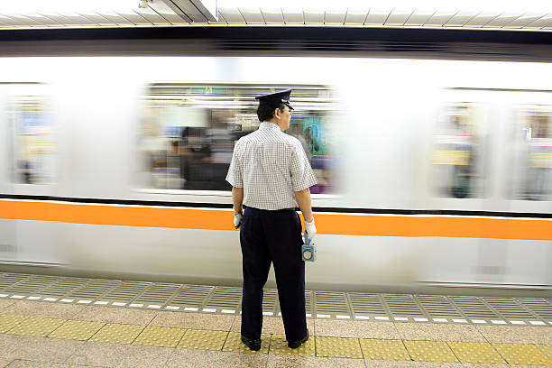 przewodnik po tokio metro - konduktor pociągu zdjęcia i obrazy z banku zdjęć