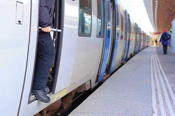 przewodnik oczekiwanie na pasażera. - konduktor pociągu zdjęcia i obrazy z banku zdjęć