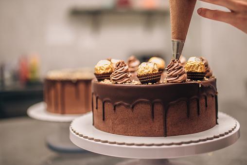 Confectioner Decorating Chocolate Cake Closeup — стоковые фотографии и другие картинки Выпекать