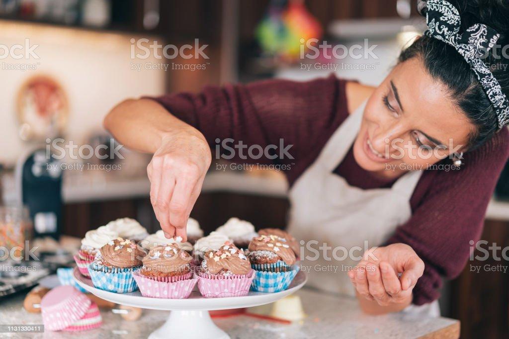 Konditor dekoriert Schokoladen-Muffins – Foto