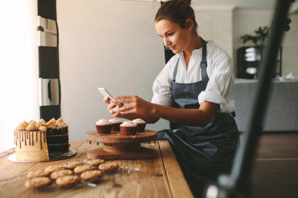 confiserie photographiant des pâtisseries - boulanger photos et images de collection