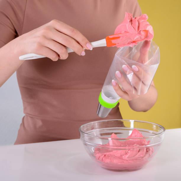 pastelería prepara una crema - foto de stock