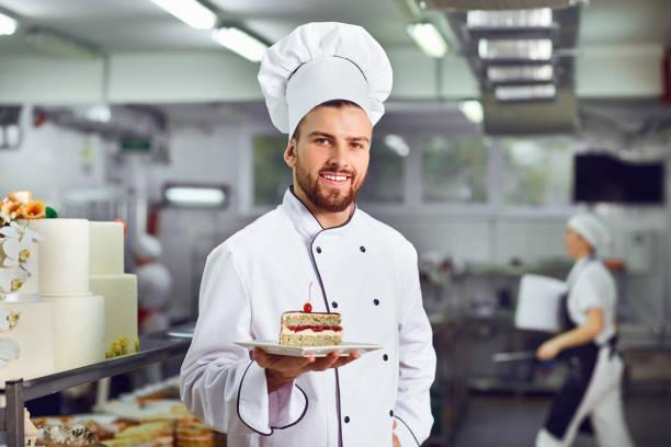 Ein Konditor mit Dessert in seinen Händen – Foto