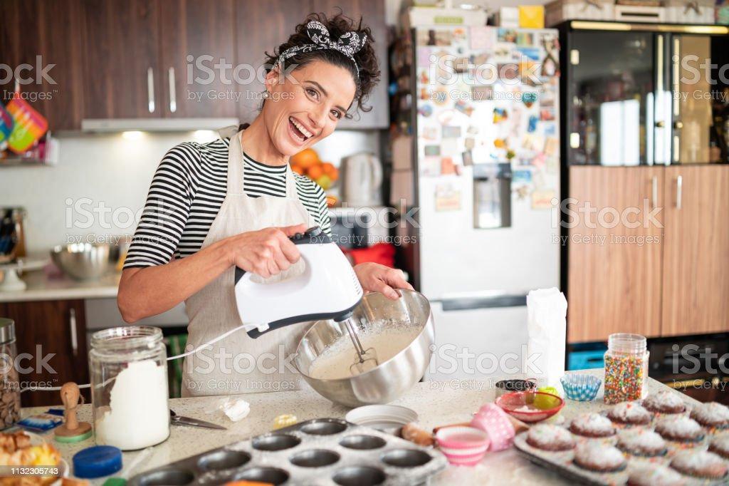 Konditorin Frau macht leckere Creme für Cupcakes – Foto