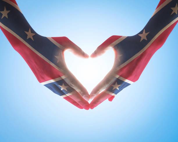 patrón de bandera de estados unidos de día conmemorativo confederado en manos de personas corazón amor signo - feliz dia del policia fotografías e imágenes de stock