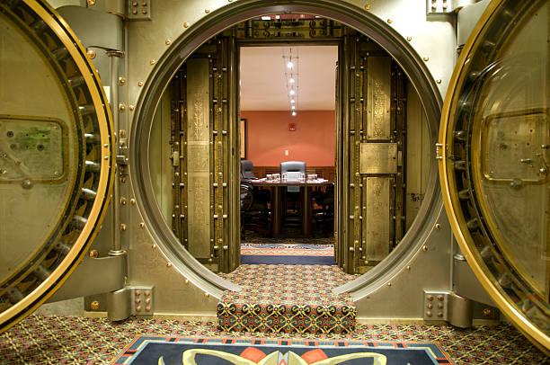 salle de conférence de grand cheval en métal derrière portes - coffre fort équipement de sécurité photos et images de collection