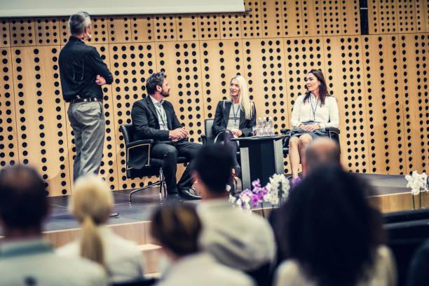 konferenz runde tisch - stage stock-fotos und bilder