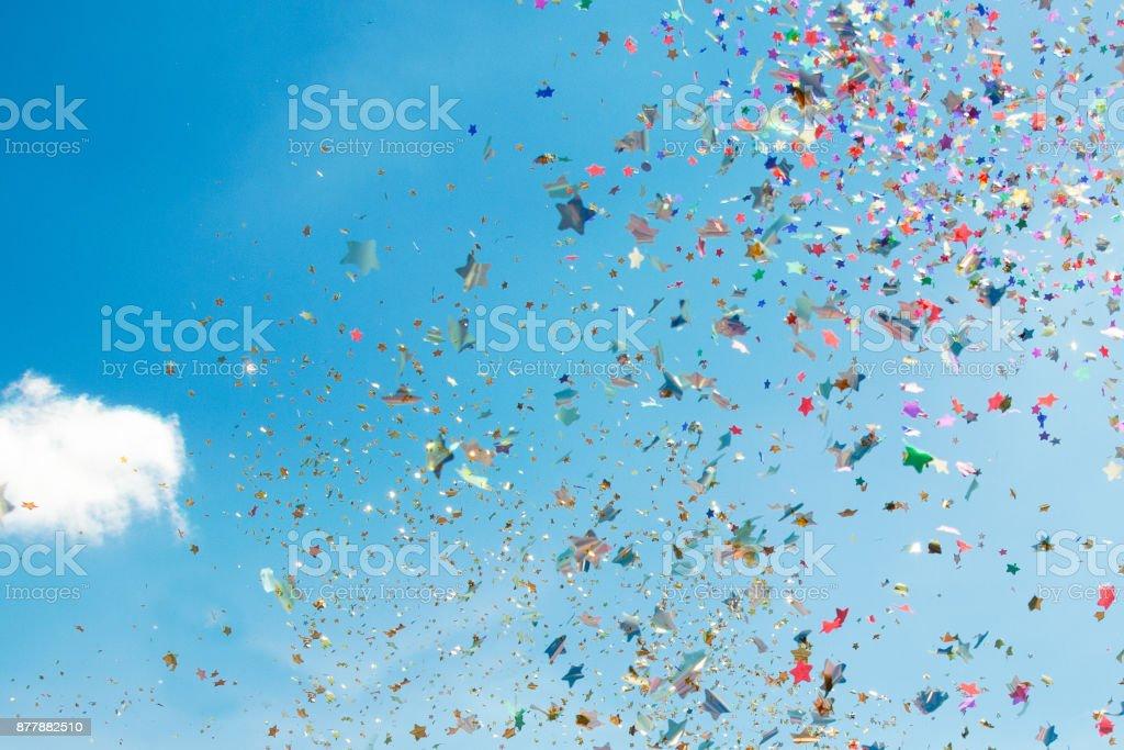Confete de papel colorido fundo de céu azul stock photo