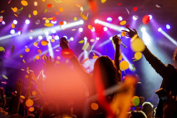 konfetti spadające na tłum - atmosfera wydarzenia zdjęcia i obrazy z banku zdjęć