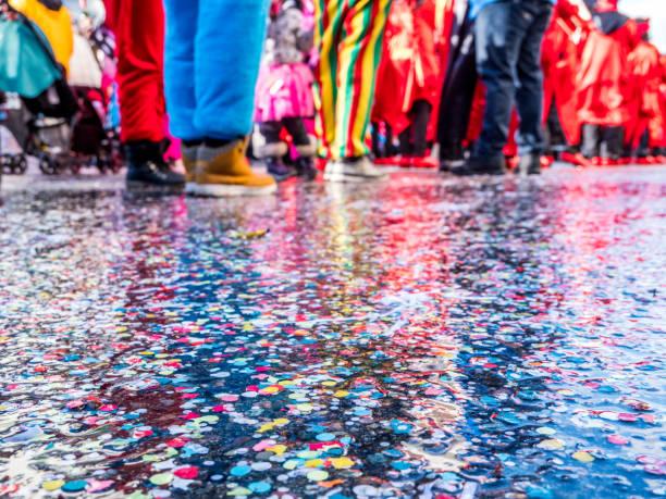 konfetti spiegelt sich in einem karnevalsumzug - karnevalskostüme köln stock-fotos und bilder