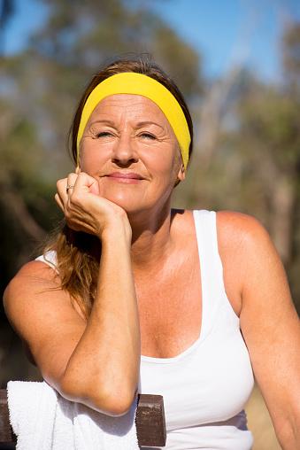 Zuversichtlich Aktive Sportliche Reife Frau Im Freien