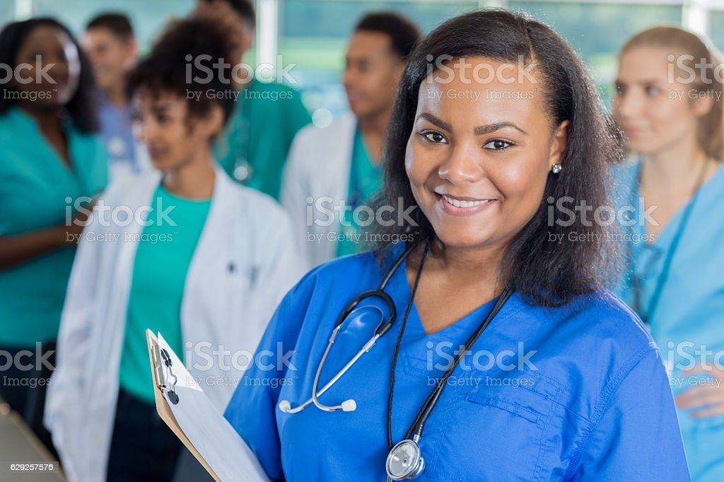 Confident African American nurse attends hospital staff meeting – Foto