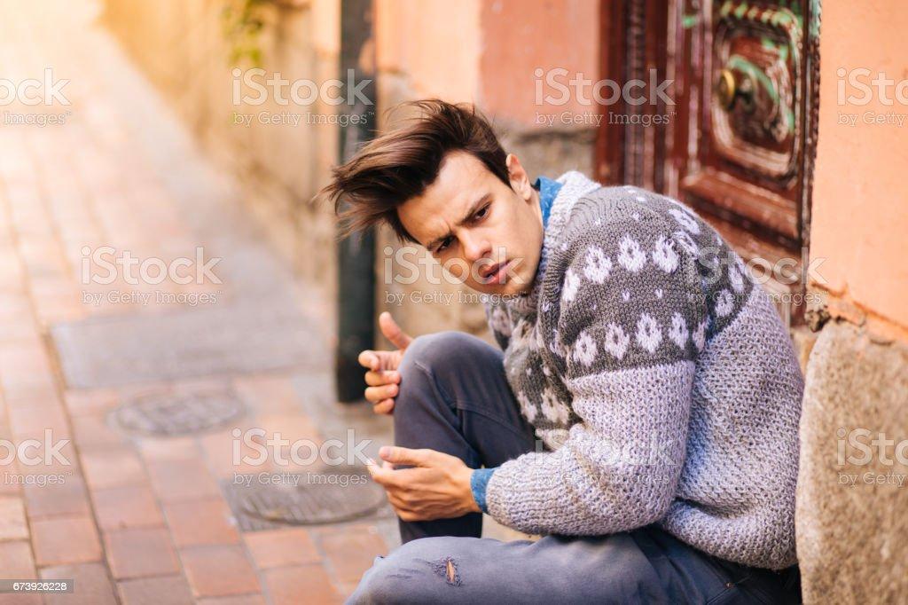 Confiant et beau jeune homme de la rue photo libre de droits