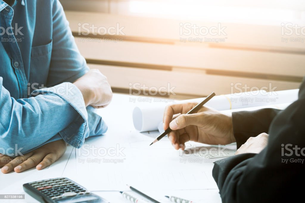 Zuversichtlich Architekt Weibchen gemeinsam mit Unternehmer im Büro arbeiten. Konzept-Architekten-Team am Projekt arbeiten. Zusammenarbeit – Foto