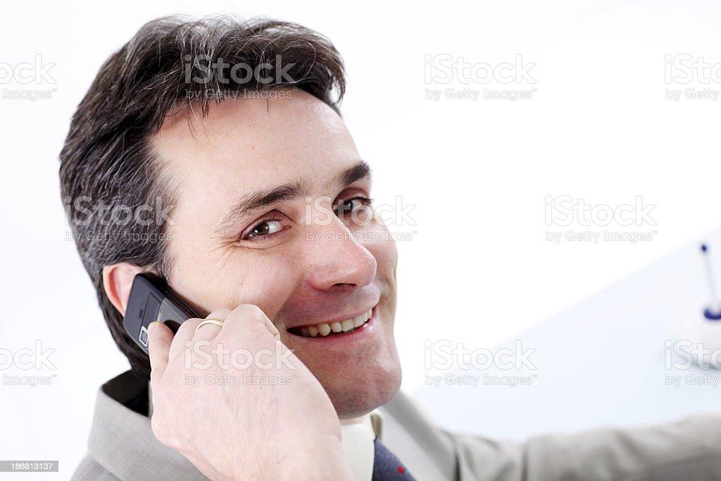 Pewnie biznes człowiek rozmowy na telefon komórkowy. – zdjęcie