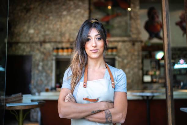 레스토랑 입구에 서 있는 자신감 있는 비즈니스 오너 - bartender 뉴스 사진 이미지