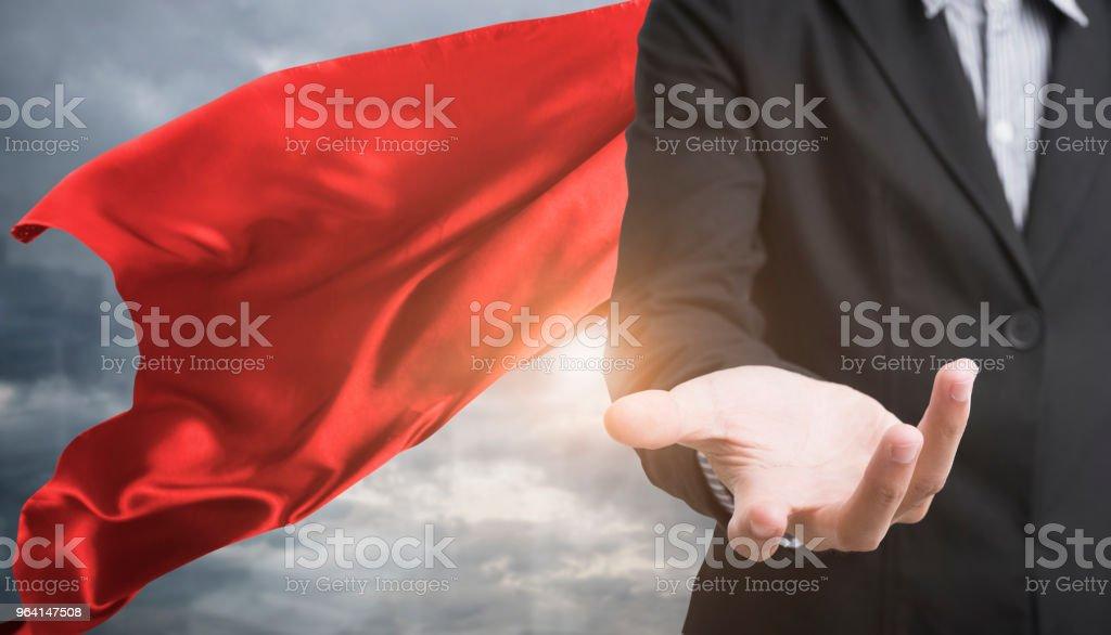 zuversichtlich Superhelden Geschäftsmann roten Umhang gegen mit Stadt Hintergrund tragen. Konzept zu zukünftigen Punkt. – Foto