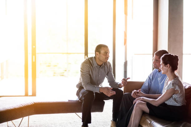 Zuversichtlich Geschäftsmann diskutieren mit paar – Foto