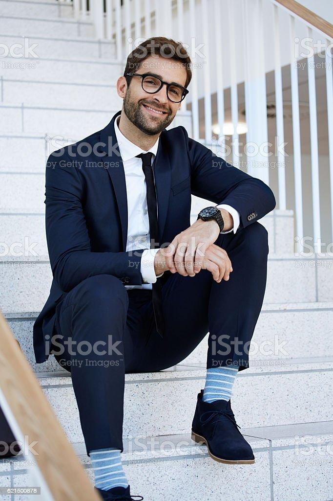Confident businessman in blue suit on steps, portrait Lizenzfreies stock-foto