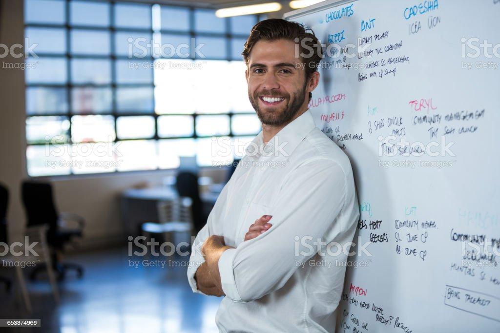 Empresário confiante, apoiando-se no quadro - foto de acervo