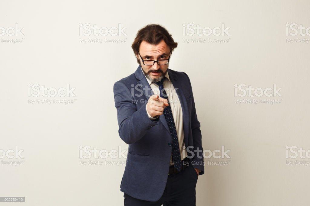 Homme d'affaires confiant point à la caméra - Photo