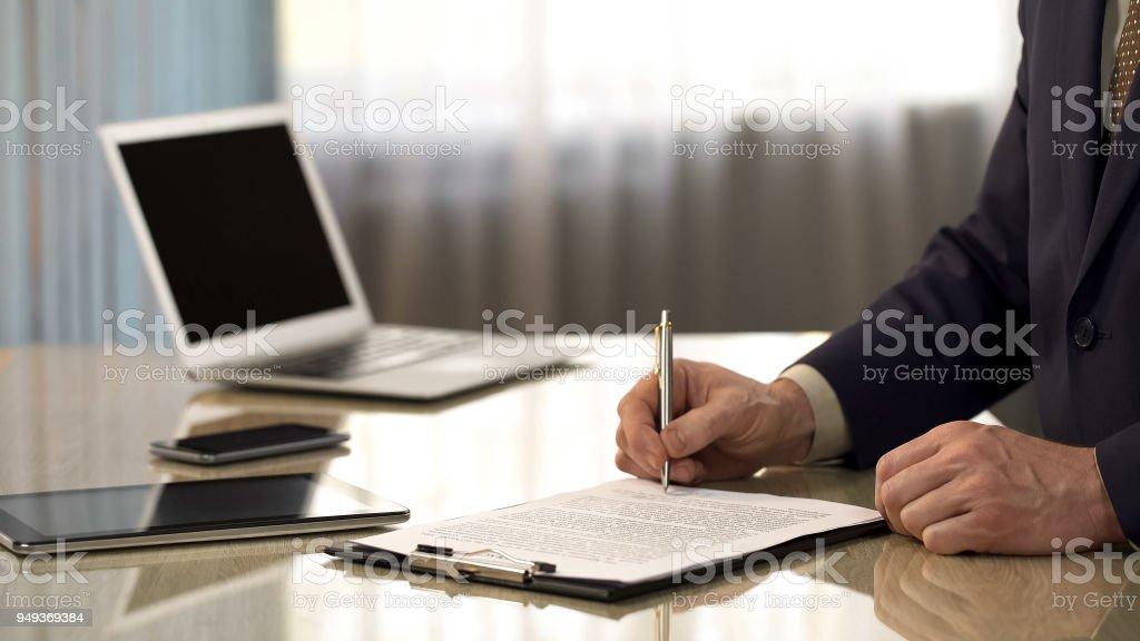 Vertrouwen zakenman ondertekening contract, ga akkoord met document voorwaarden, close-up foto