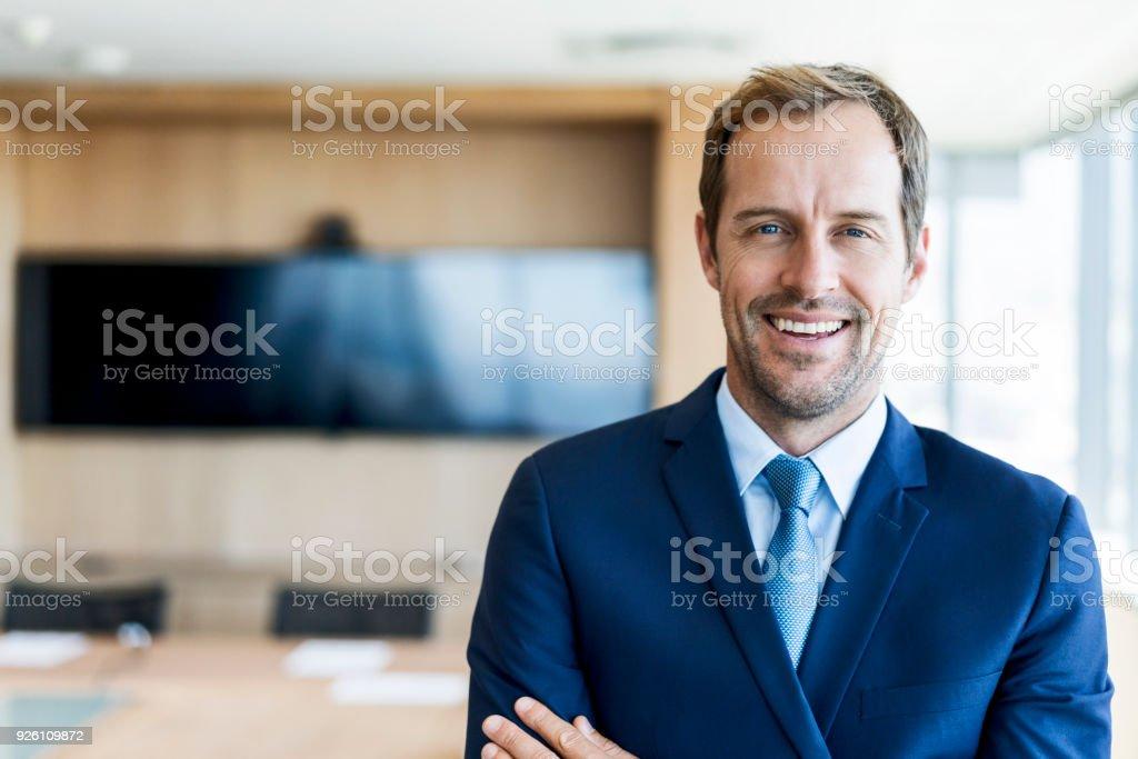 Kendine güvenen işadamı kurulu odada - Royalty-free 35-39 Yaş Stok görsel