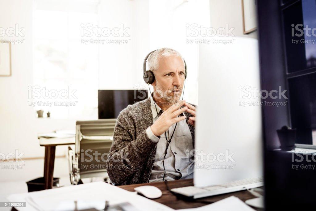 Zuversichtlich Geschäftsmann Videokonferenzen im Büro – Foto