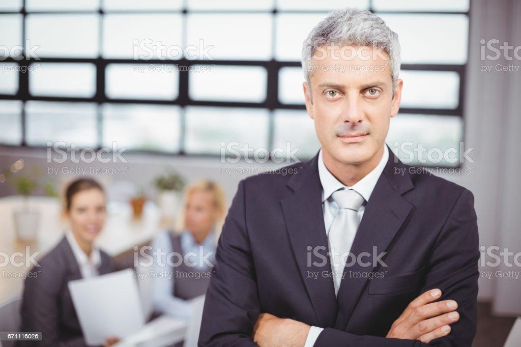 自信的商人,在背景的同事 免版稅 stock photo