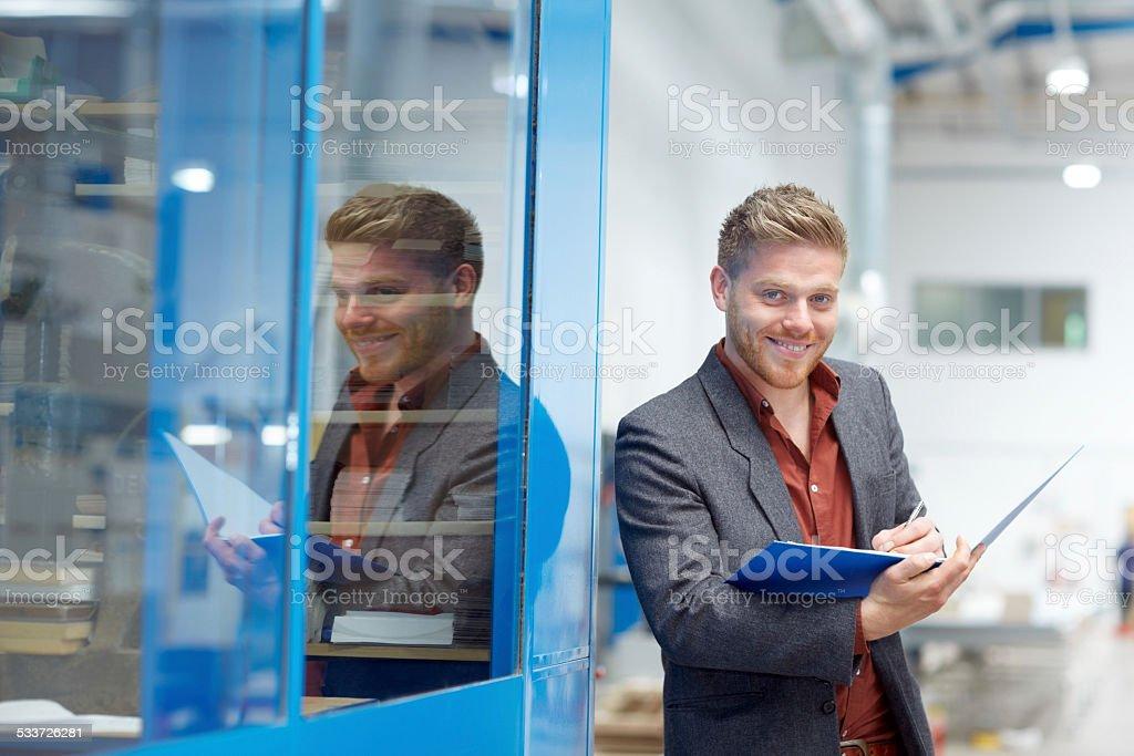 Zuversichtlich Geschäftsmann Arbeiten im Werk Lizenzfreies stock-foto