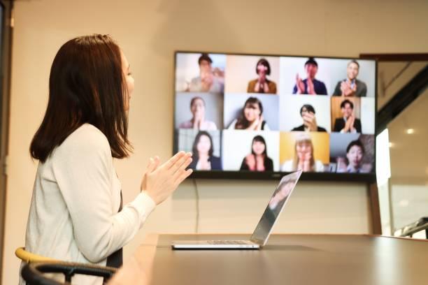 アジアで会議を主催する自信に満ちたビジネスウーマン - dx ストックフォトと画像
