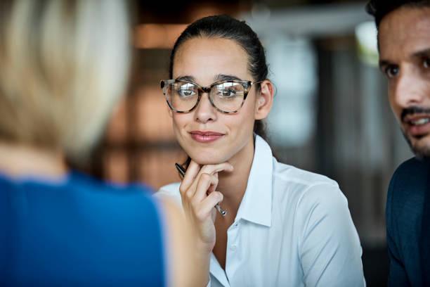 mulher de negócios confiante a olhar para o colega - 30 39 anos - fotografias e filmes do acervo