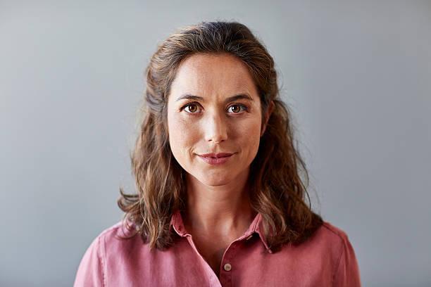 confident businesswoman over gray background - 35 39 anos - fotografias e filmes do acervo