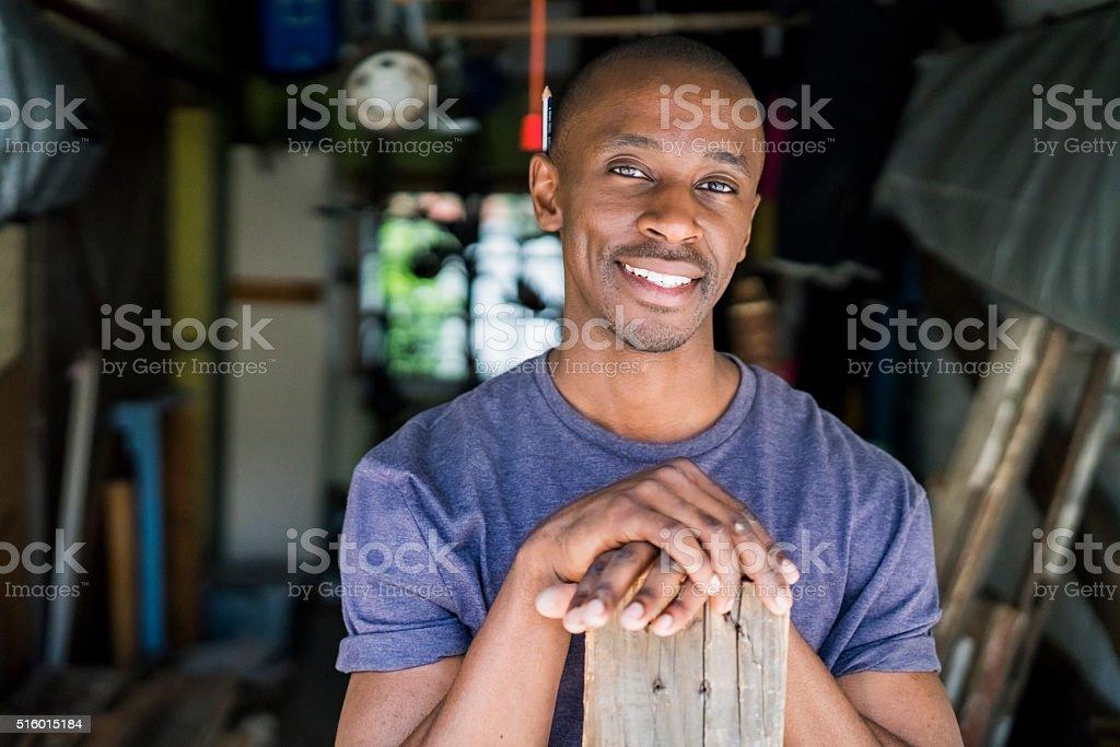 Zuversichtlich Tischler mit Plank in Workshops – Foto