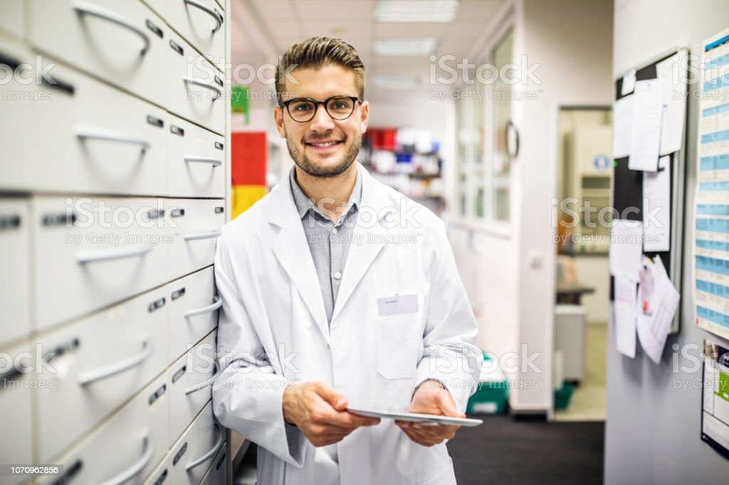 Überzeugt durch ein Medizin-Regal stehen Chemiker – Foto
