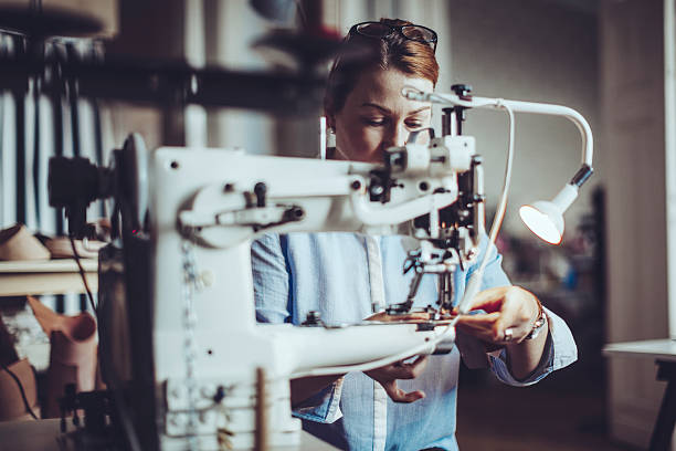 fiducioso artigiana lavorando nel suo laboratorio - tailor working foto e immagini stock