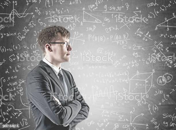 Uomo Daffari Con Braccio Incrociato Fiducioso Formula - Fotografie stock e altre immagini di Adulto
