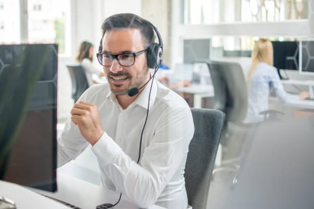 Zuverlässiger Kundensupport-Telefonanbieter mit Headset im Callcenter – Foto