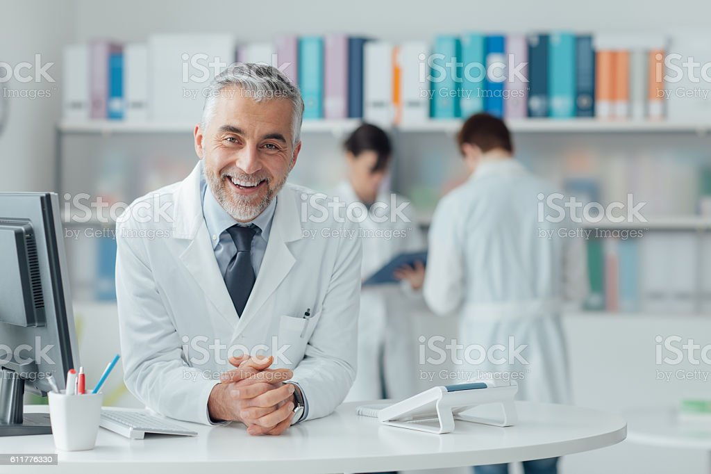 Confident doctor at the reception desk - Lizenzfrei Arbeiten Stock-Foto
